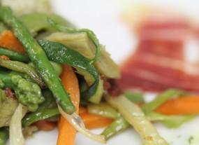 Menestra de verduras de temporada salteadas con jamón